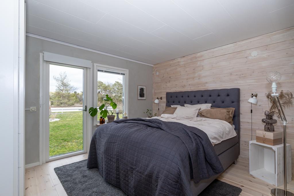 Sovrum 3 med massiva trägolv och plankvägg
