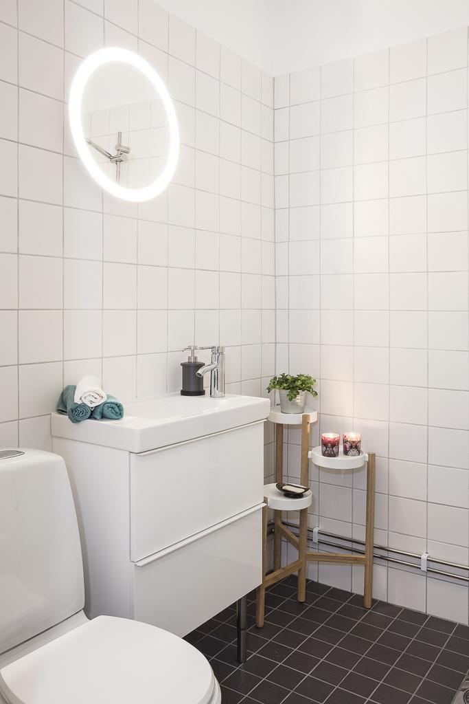 Totalrenoverat badrum i vitt och grått