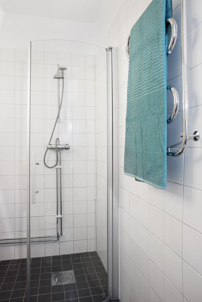 Här finns duschhörna bakom vikvägg samt en handdukstork