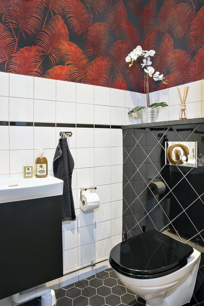 Gästtoalett med vägghängd wc