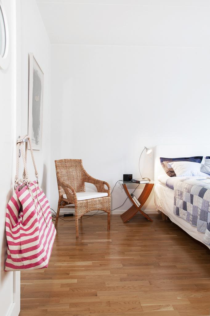Sovrum med ljusa väggar och ekparkett