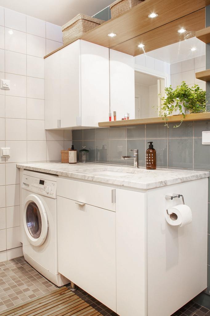 Här finns även en kombinerad tvätt-/torkmaskin samt både underskåp och överskåp med plats för förvaring