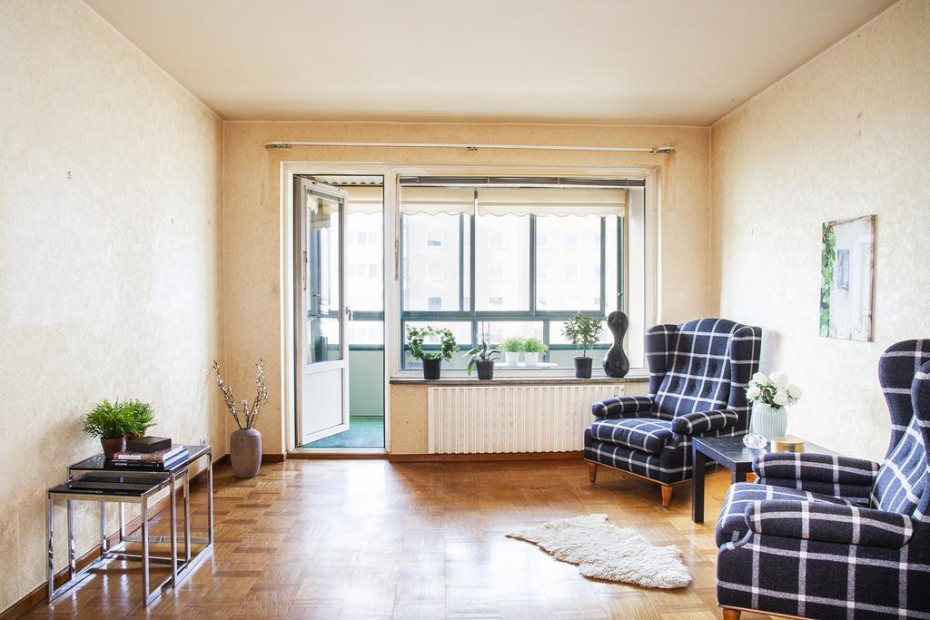 Vardagsrummet har fönster mot väster och utgång till balkongen