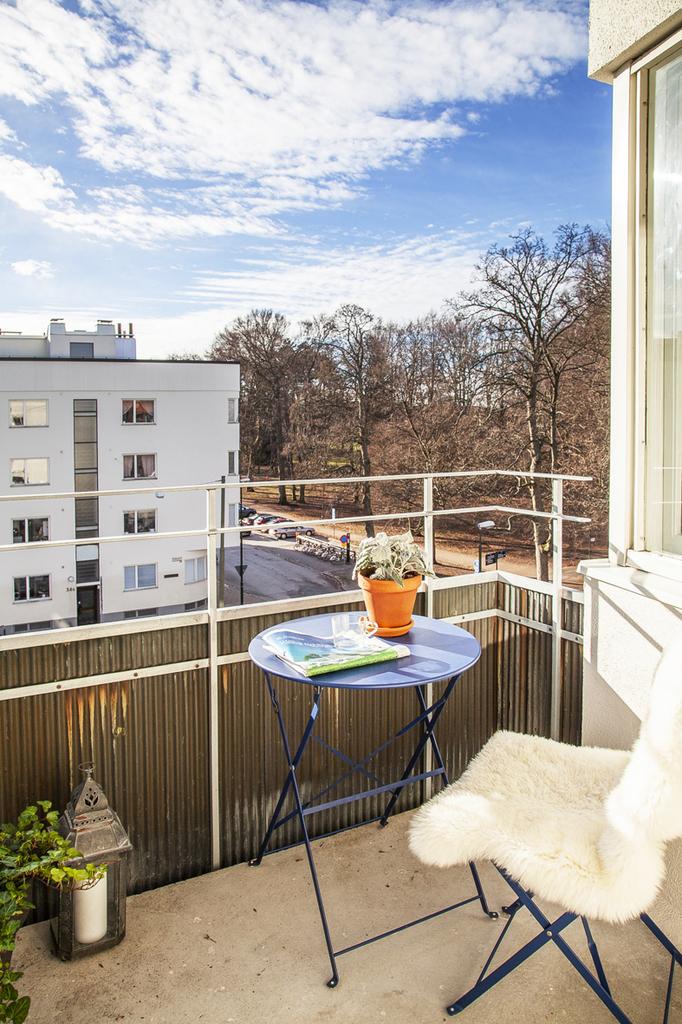 Vacker tidstypiskt balkongräcke av koppar