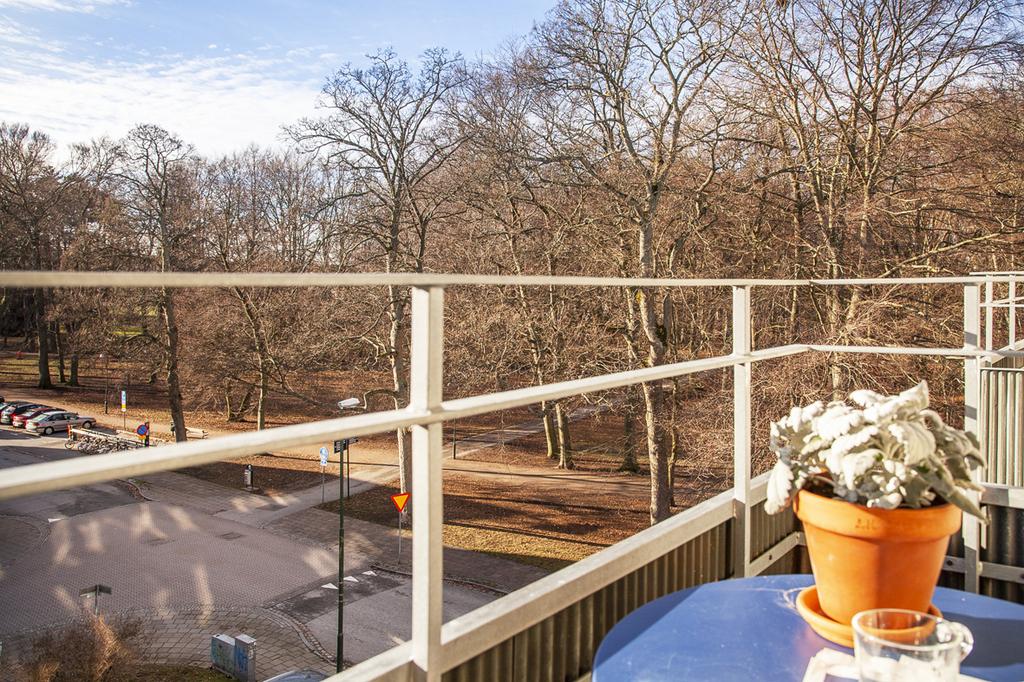 Vy från balkongen, ut mot Rönneholmsparken i sydväst