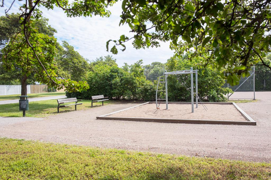 I närheten finns lekplats och fotbollsplan