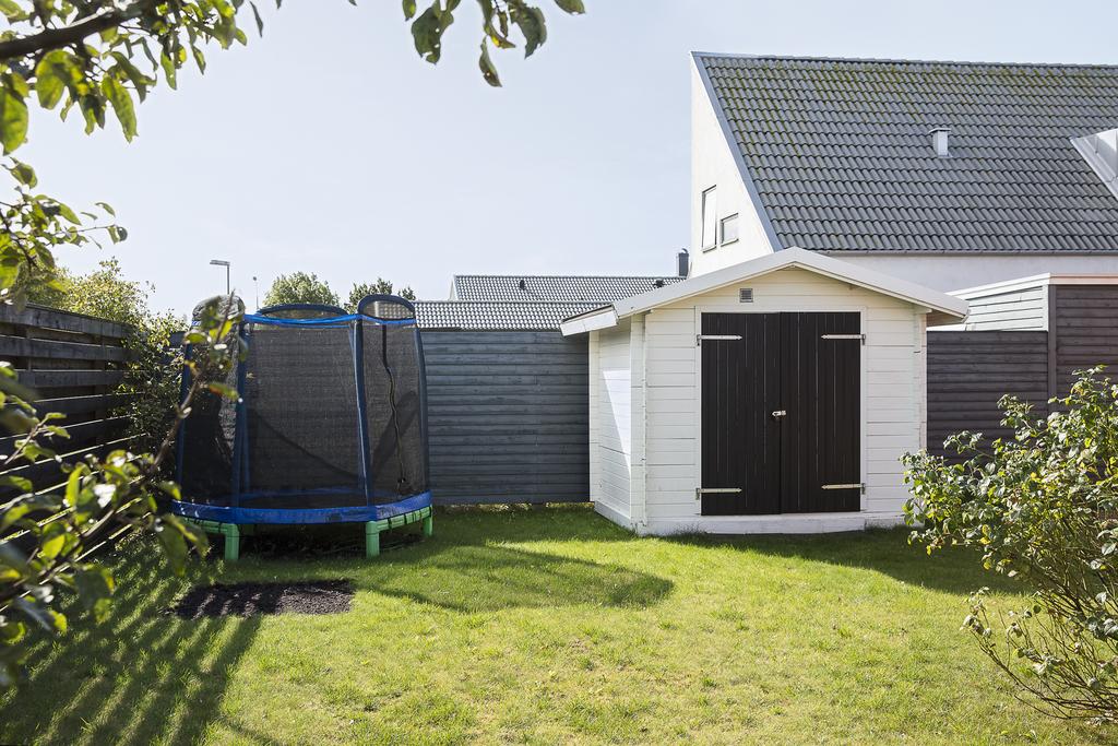 Den lättskötta trädgården har plats för lek