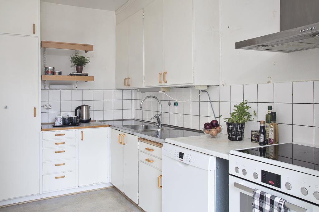Kök med takförankrad originalinredning