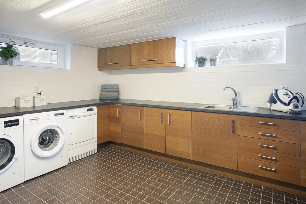 Den generösa tvättstugan erbjuder gott om plats för förvaring