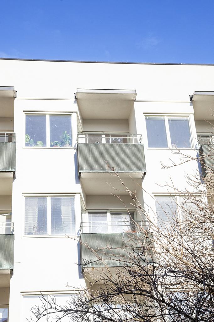 Balkongen, från gården sett, på fjärde våningen