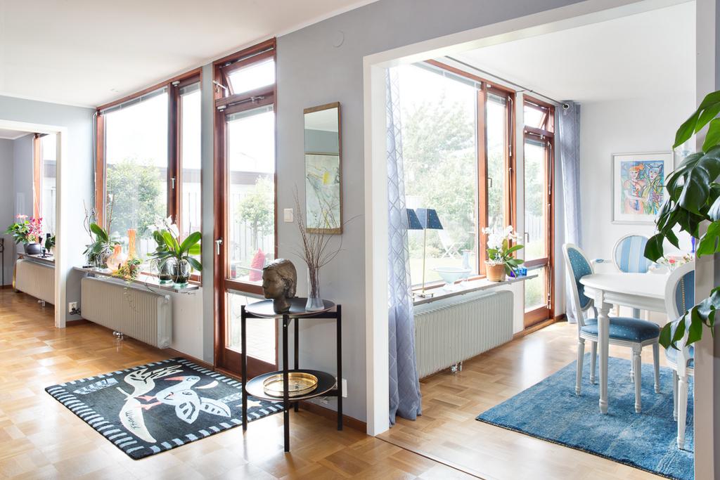 Matrummet ligger i öppen planlösning mot vardagsrummet