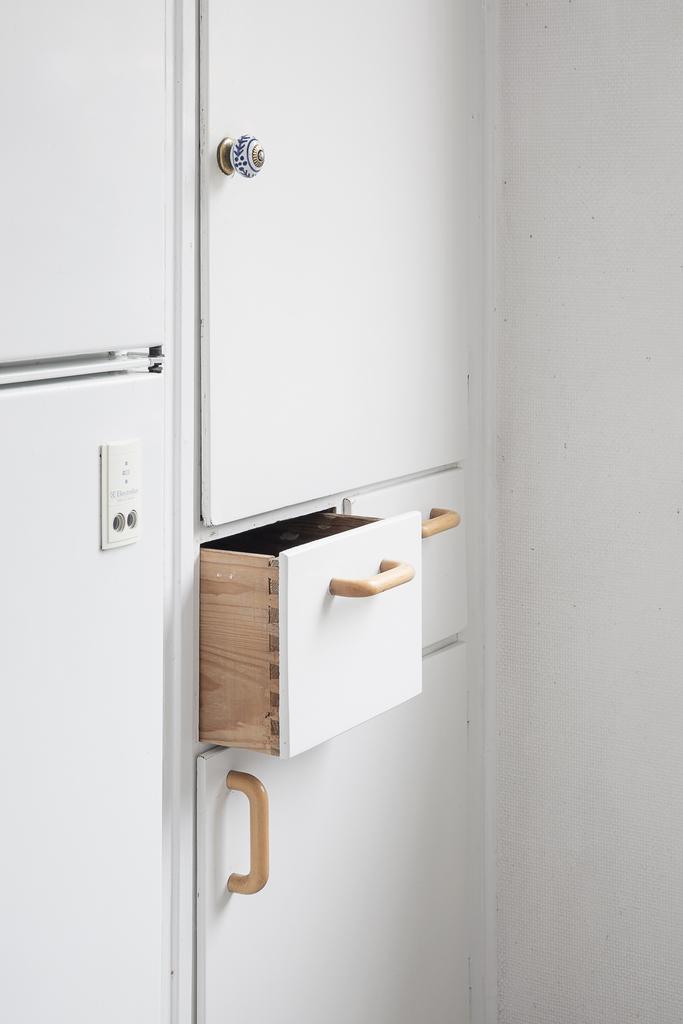 Detalj - köksinredningen med skafferi