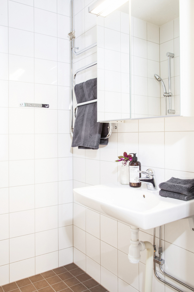 Det helkaklade badrummet, med handdukstork