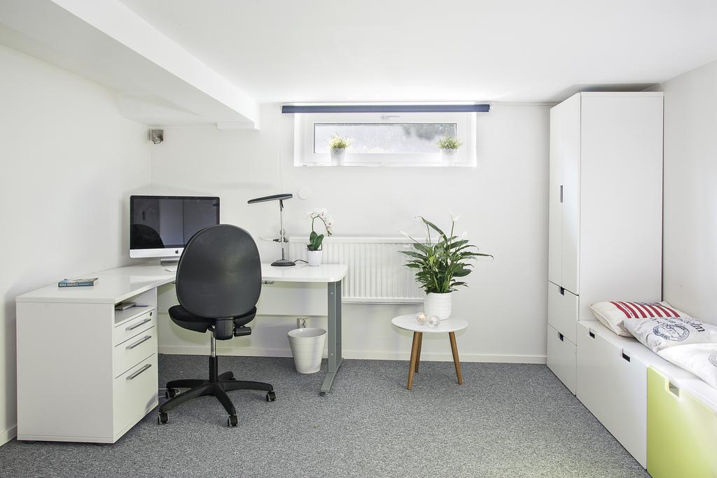 Rummet som idag verkar som kontor är väl tilltaget i storlek