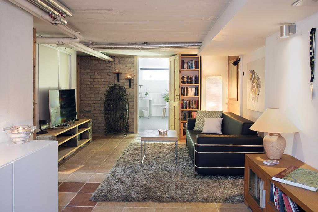 Allrummet i källaren har plats för flera möblemang