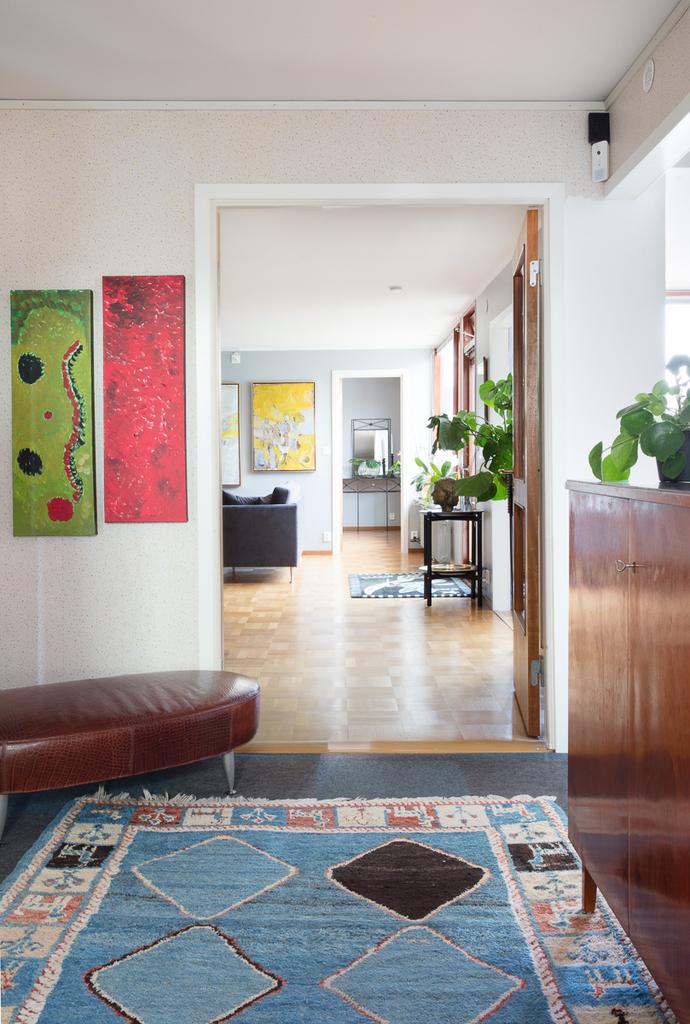 Hallen öppnar upp sig mot vardagsrummet, via glasinfattat dörrparti