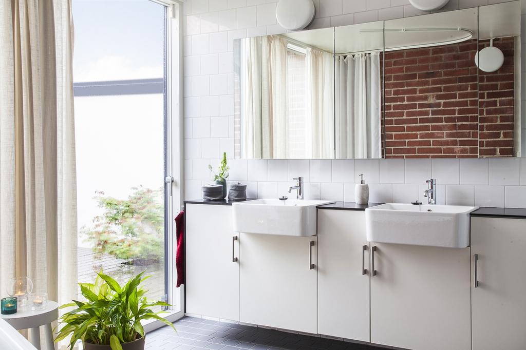 Husets, tredje tillbyggnad erbjuder ett väl tilltaget badrum