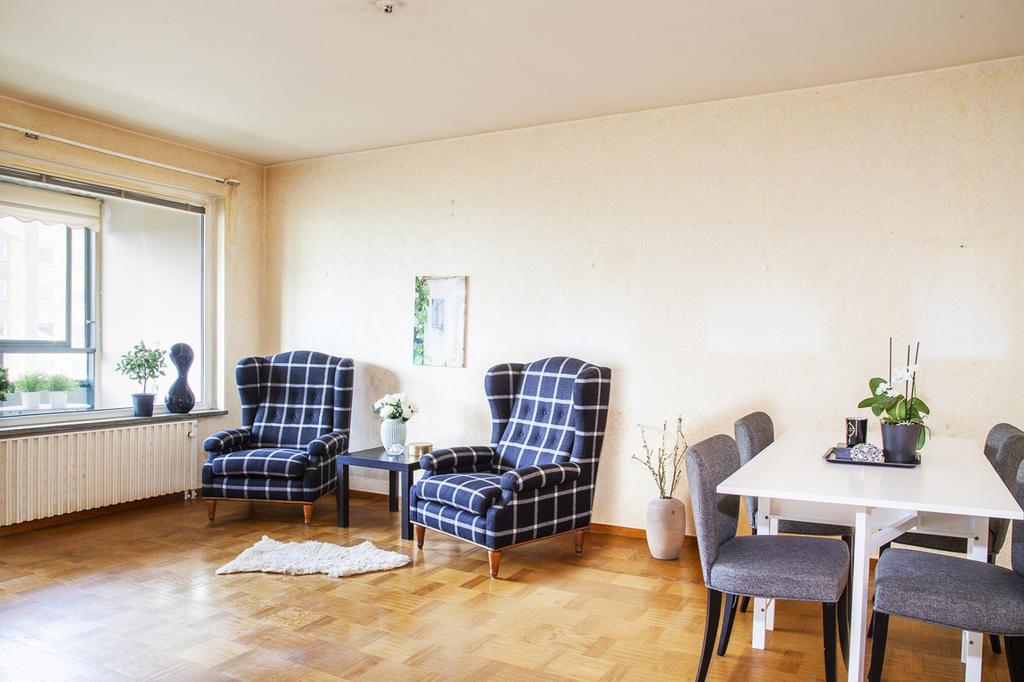 Stort vardagsrum med plats för flera möblemang