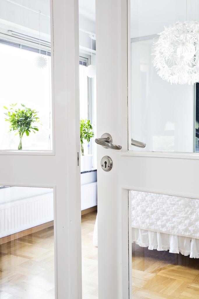 Vi når sovrum 4/allrummet via vackra glasdörrar