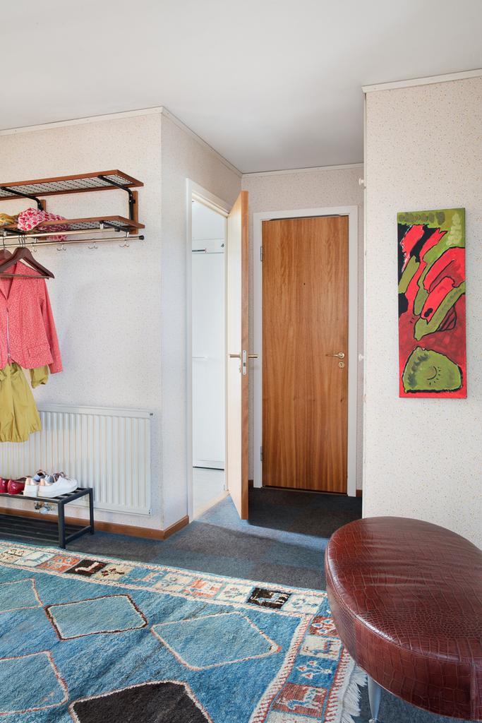 Hall med access till både tvättstuga och gästtoalett