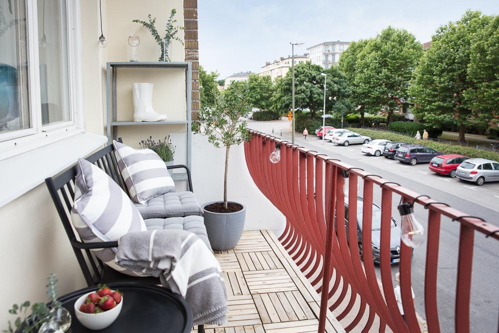 Trivsam balkong i västerläge med plats för möblemang