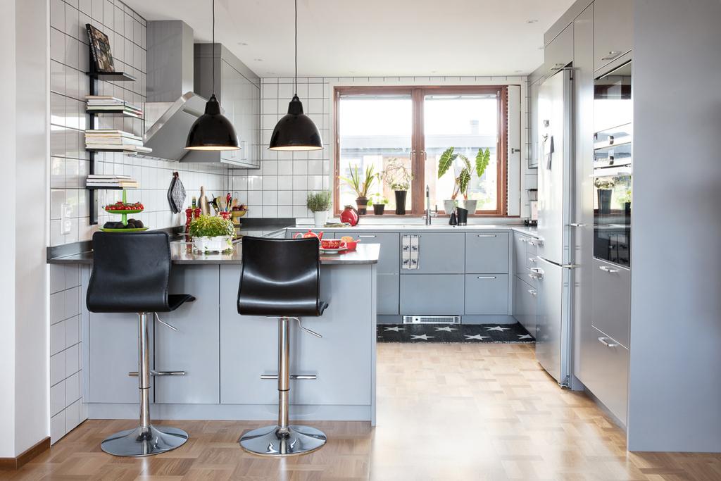 Köket har gott om plats för förvaring