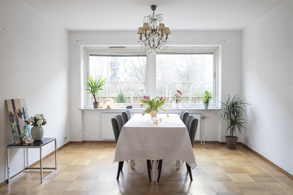 Matrum med plats för ett stort matbord har rikligt med ljusinsläpp ifrån två fönster