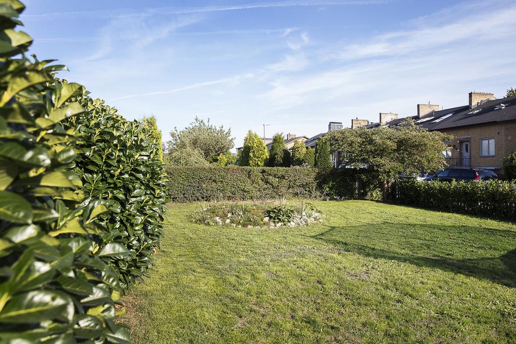 Trädgården på framsidan i söder erbjuder plats för lek på gräsmattan