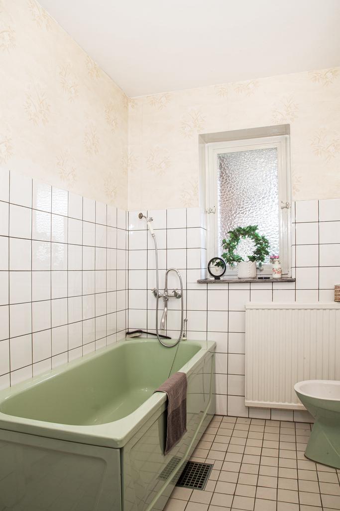 Badrummet, som har fönster, är halvkaklat originalutförande