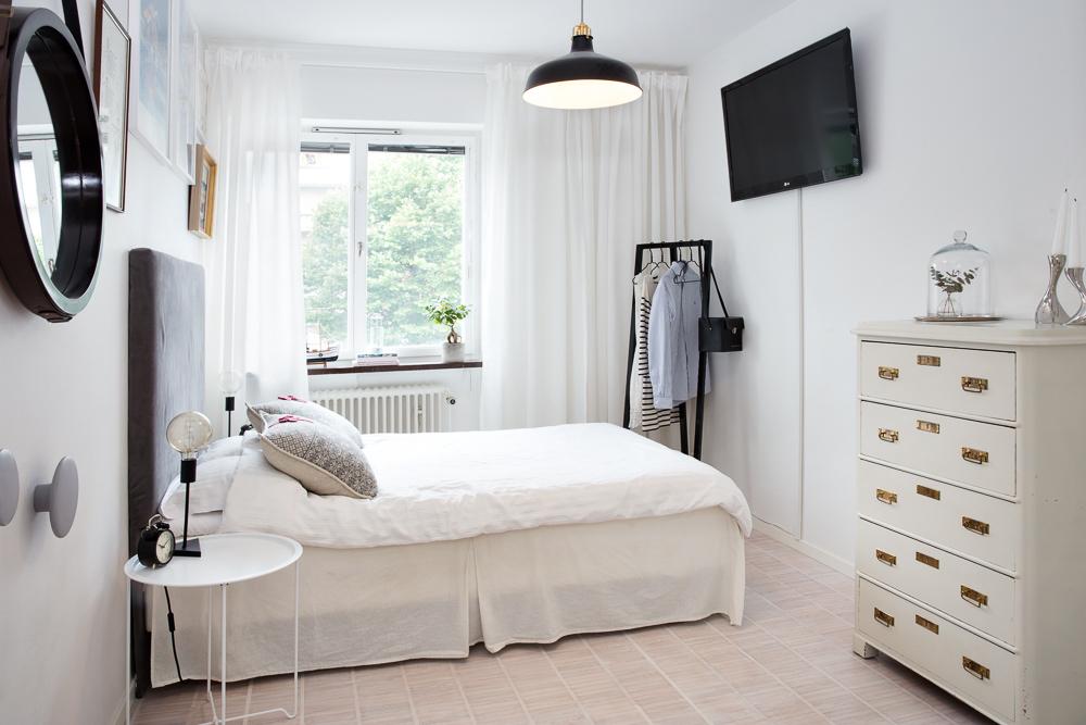 Sovrum, gott om plats för både dubbelsäng och förvaringsmöbler