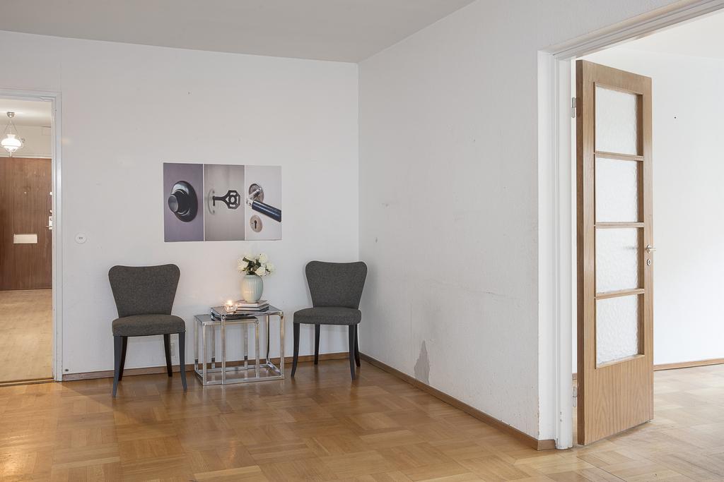 Åter in i vardagsrummet med vy åt andra hållet,  mot både hall och matrum