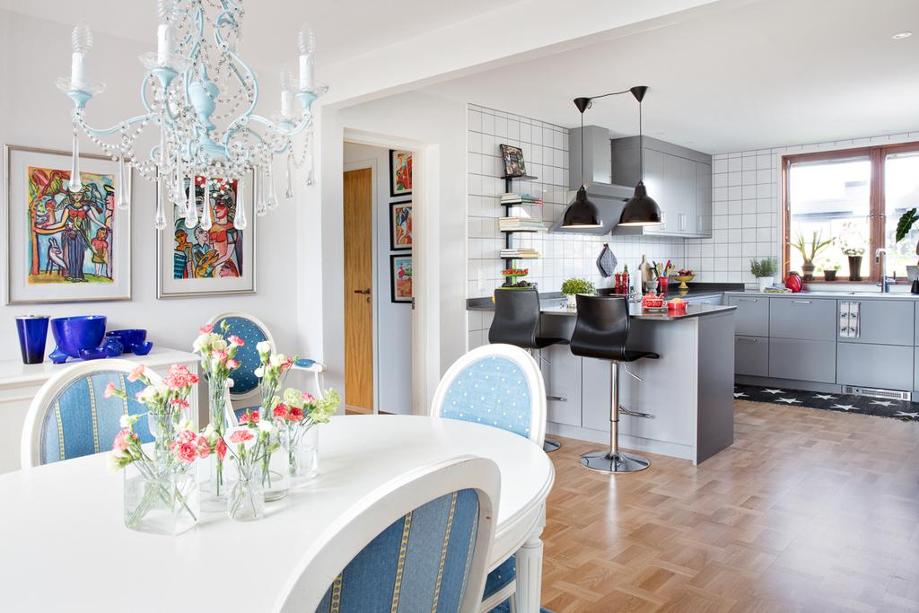 Matrummet ligger i öppenplanlösning mot köket