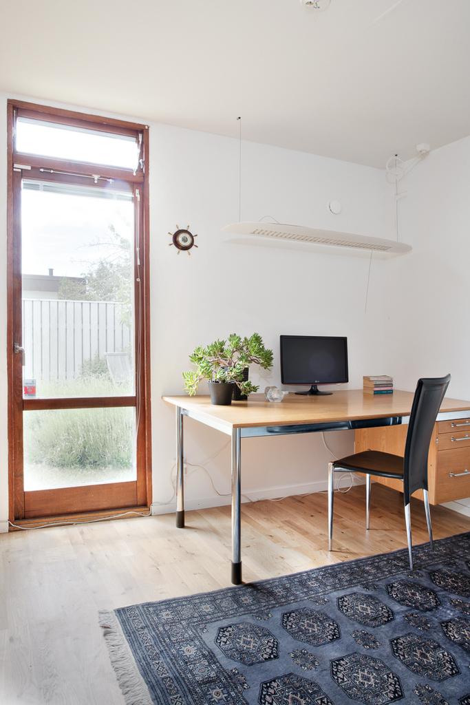 Sovrum 2  med fönster mot trädgården verkar idag som kontor