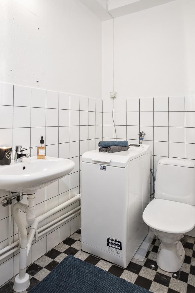 Gästtoalett med toppmatad tvättmaskin