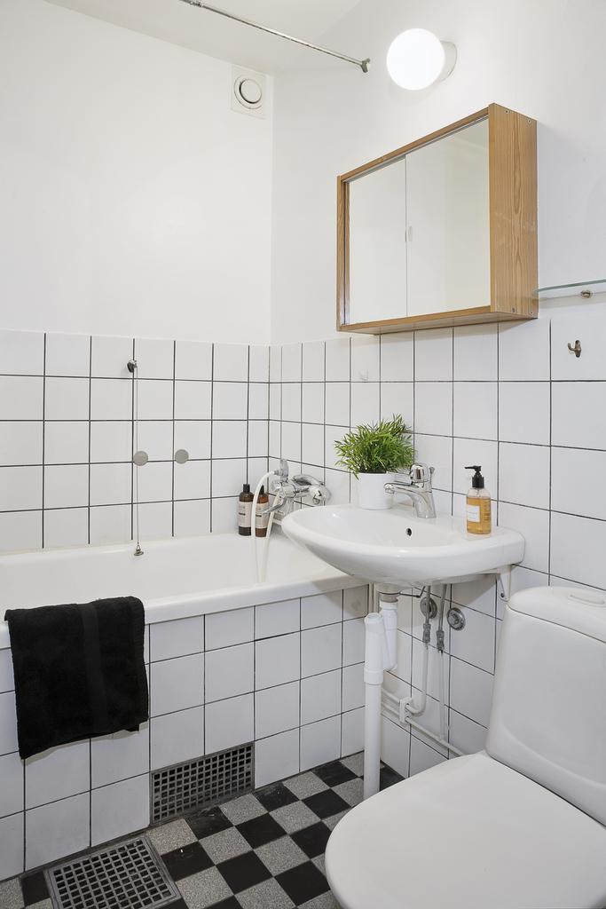Badrum med inkaklat badkar i originalutförande