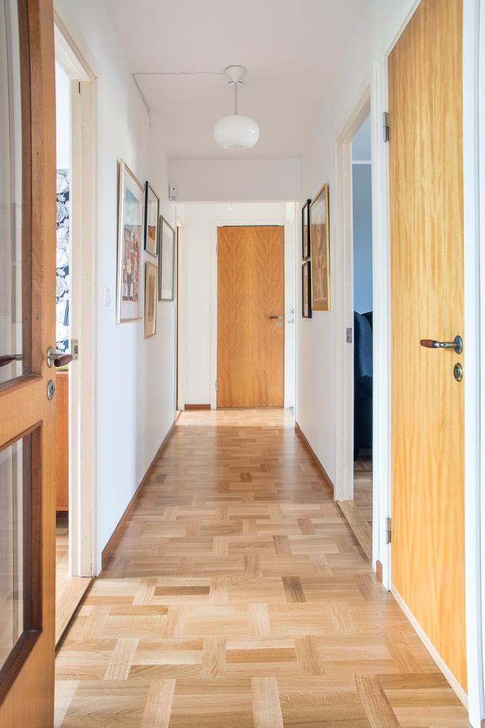 Från köket når vi den privata delen med sovrum och badrum