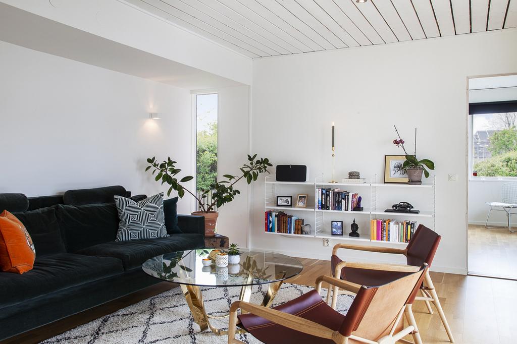 Vardagsrummet har också en tillbyggnad som erbjuder sidofönster, som vetter åt både söder och norr