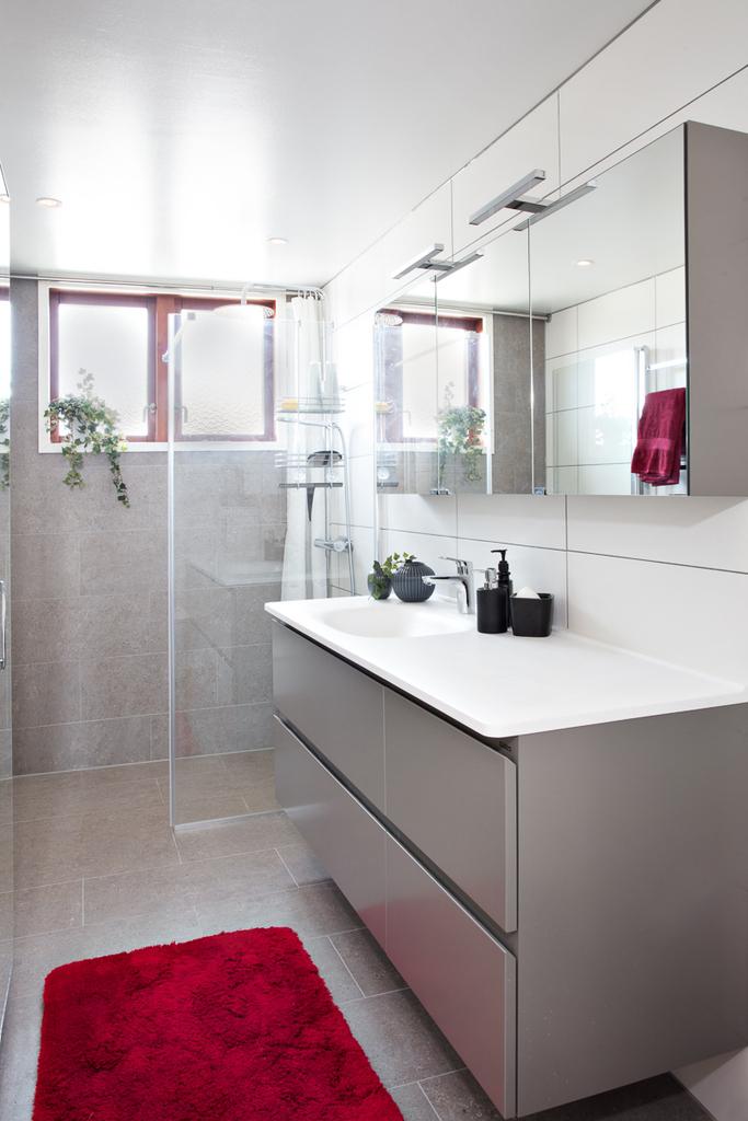 Helkaklat badrum med duschvägg av glas