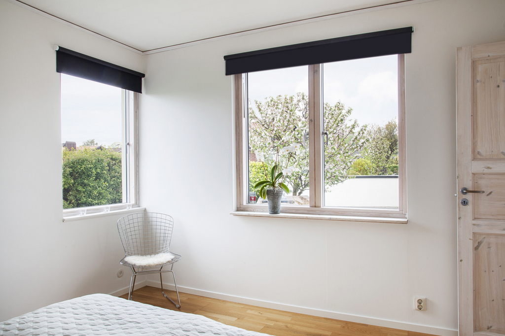 Sovrum 3, som nås från vardagsrummet, har fönster mot både söder och väster