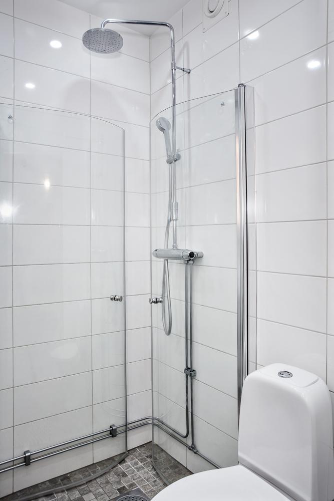 Vikbara duschväggar samt både hand- och takdusch