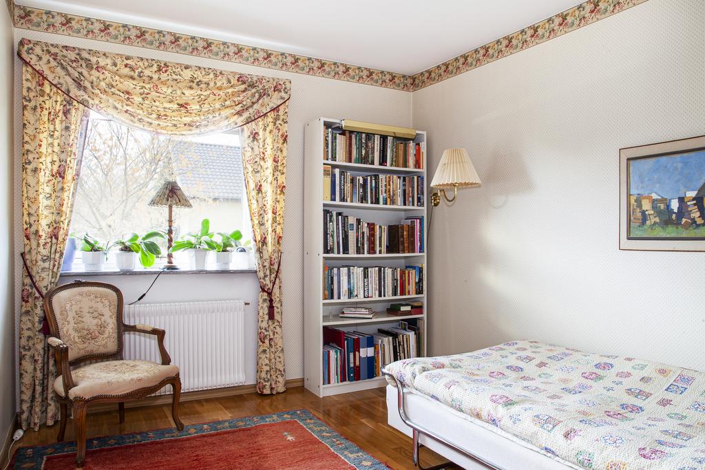 Sovrum 3 är rymligt och har plats för dubbelsäng samt ytterligare möblemang