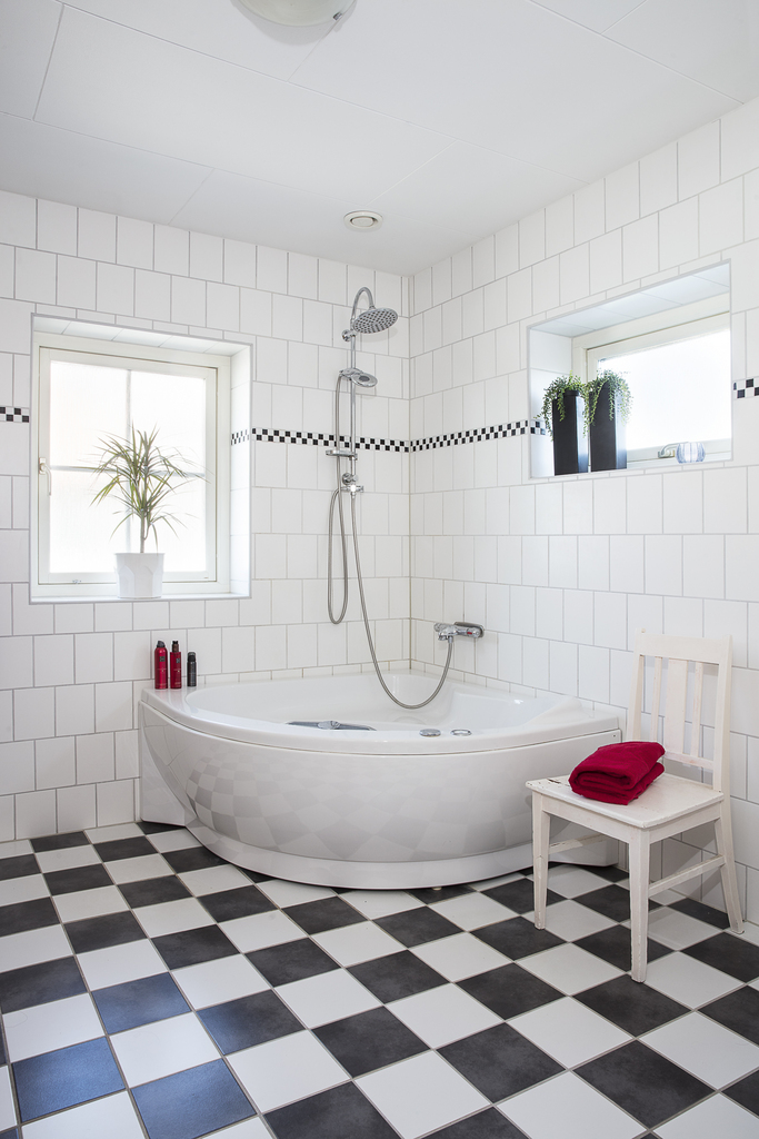 Helkaklat badrum med fönster för både ljusinsläpp och vädring