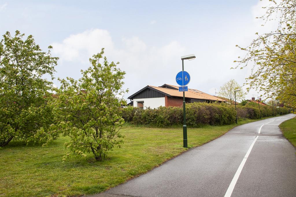 Bakom hus finns gång- och cykelbana som leder till Djupadalparken och Djupadalsskolan