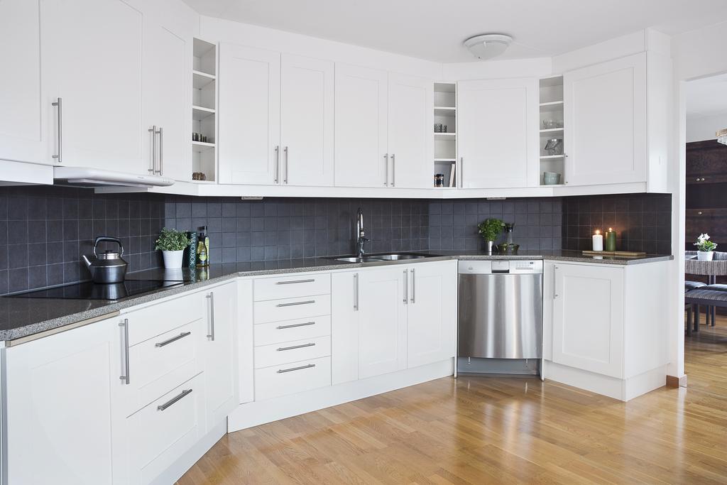 Köksinredningen har gott plats för förvaring samt bra med arbetsyta