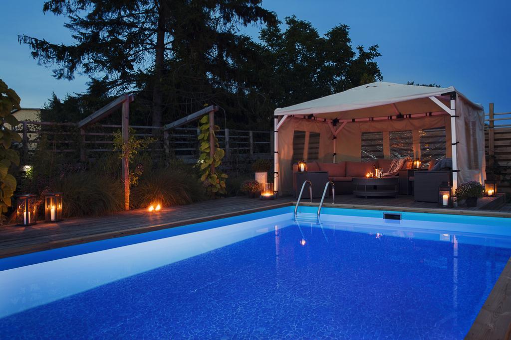 Kvällsbild med belysning i poolen