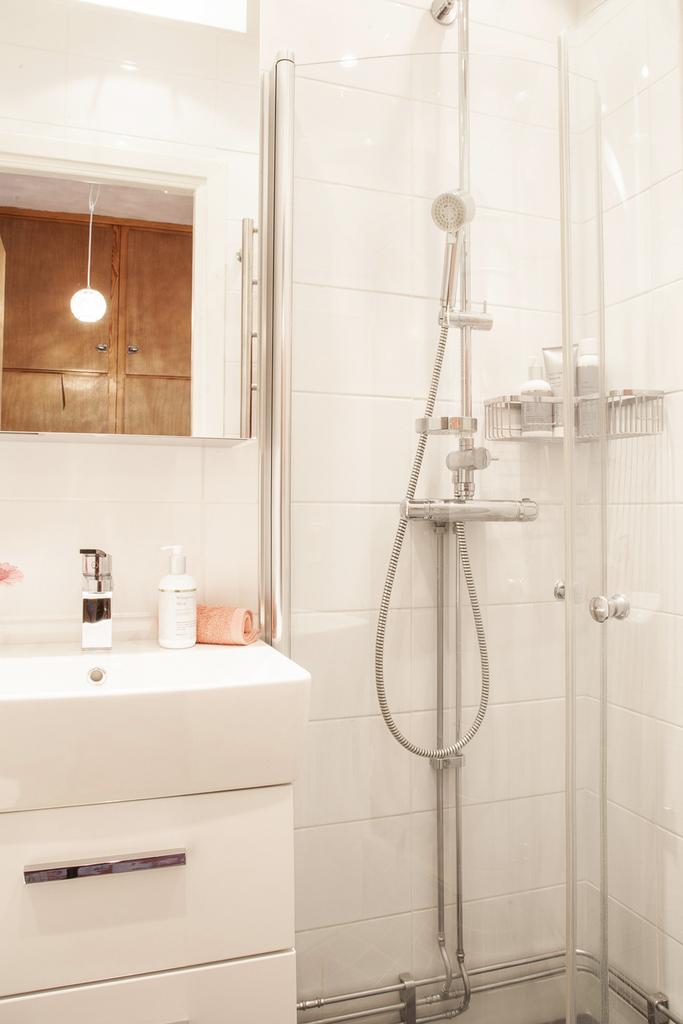 Dusch bakom vikbara duschväggar