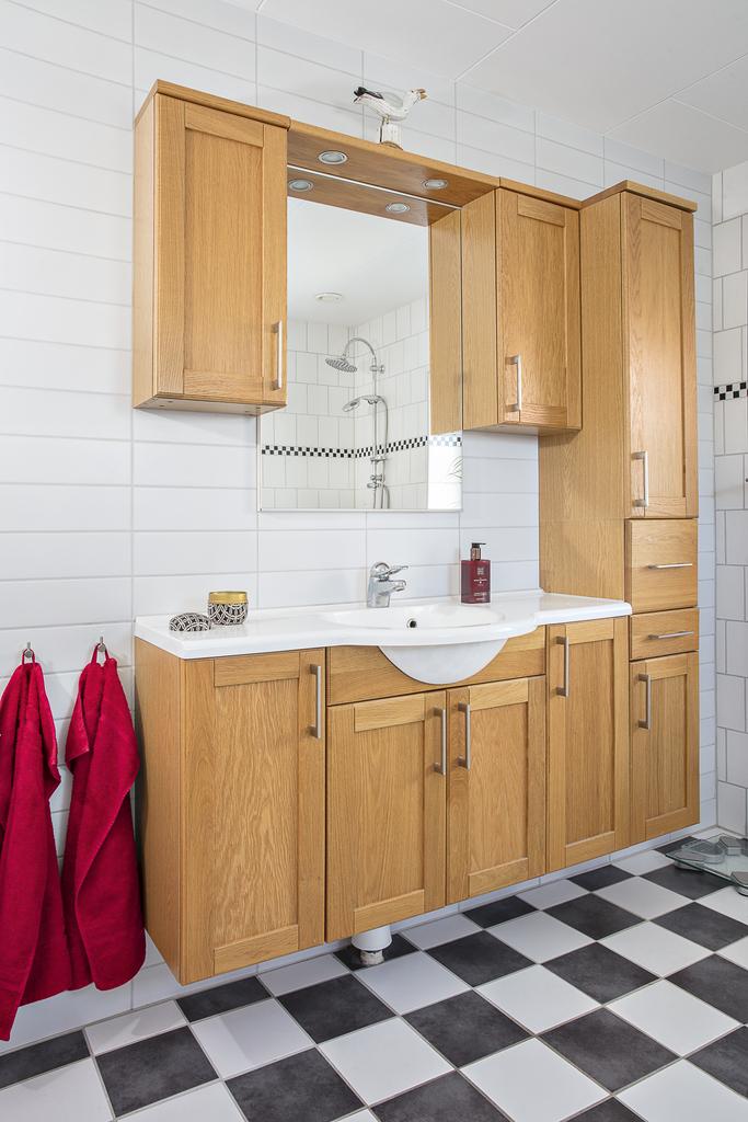 Här finns gott om plats för förvaring i badrumsmöbel