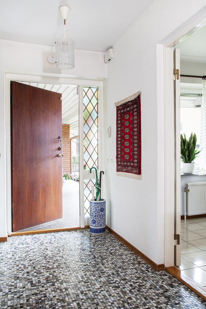 Entré och hall med mosaik på golvet