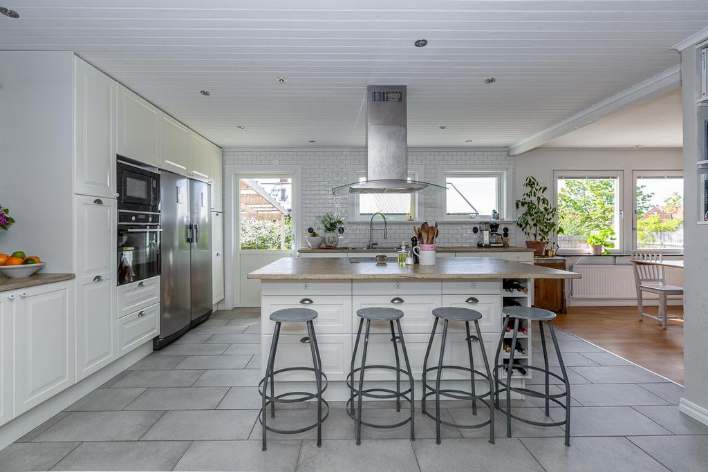 Köket centreras kring  den stora köksön och har vattenburen golvvärme