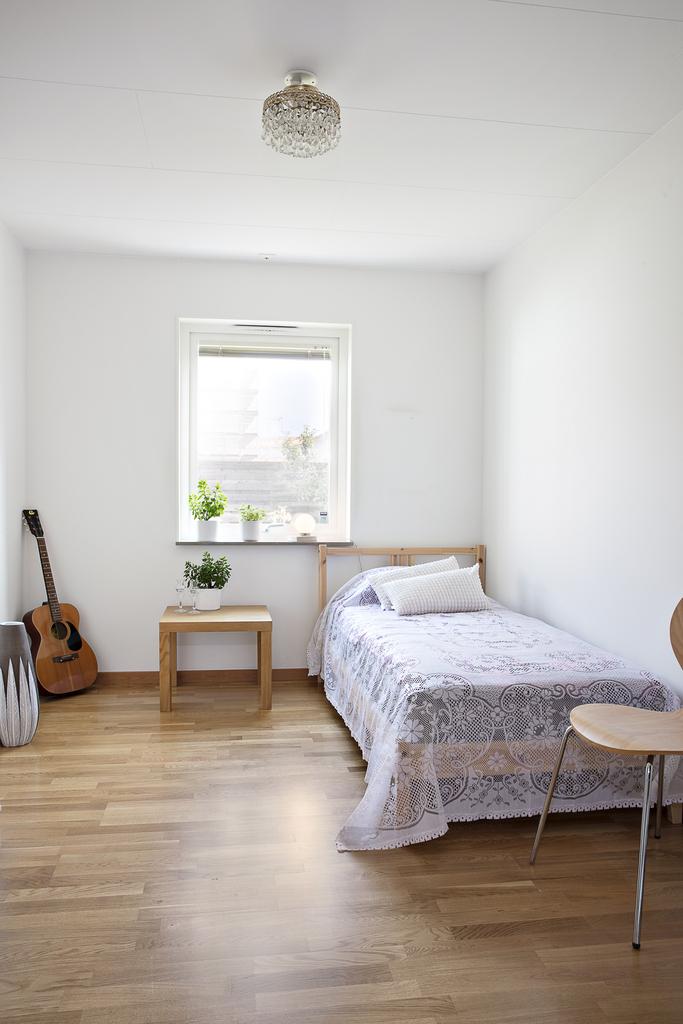 Sovrum 2, har precis som sovrum 1 en garderob samt fönster mot öster